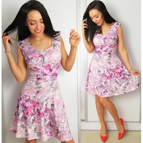 Rozkloszowana sukienka w różowe kwiaty - wiosenna i kobieca